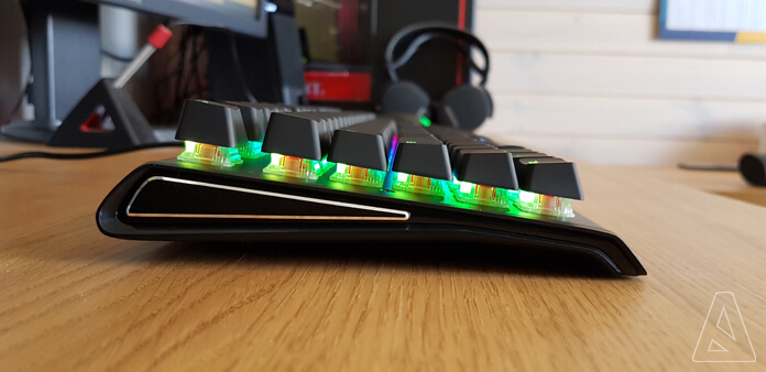Side - SteelSeries Apex M750